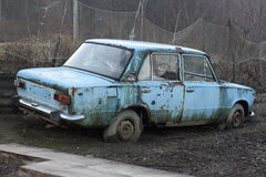 La vecchia automobile arrugginita Fotografia Stock