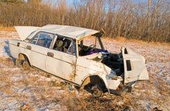 La vecchia automobile arrugginita si è schiantata nell'incidente fotografie stock libere da diritti