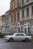La vecchia automobile bianca di Volga ha parcheggiato su una stradina cobbled in Kamianets-Podilsky Immagine Stock