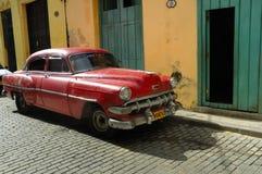 La vecchia automobile ha parcheggiato in via di Avana. La Cuba Fotografia Stock