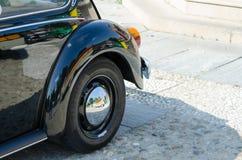 La vecchia automobile spinge dentro una manifestazione fotografie stock