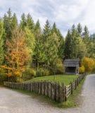 La vecchia baracca di legno nelle alpi con vecchio recinta l'autunno Immagini Stock