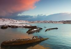 La vecchia barca di legno demolita sul vede fotografia stock