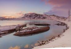 La vecchia barca di legno demolita sul vede immagini stock