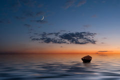 La vecchia barca sola all'oceano Fotografia Stock