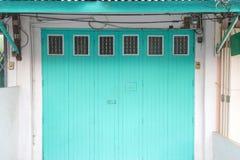 La vecchia bella entrata principale blu e le pareti bianche Immagini Stock Libere da Diritti