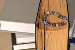 La vecchia bibbia con il rosario Pagine ingiallite Fotografia Stock