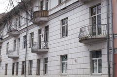 La vecchia casa con i piccoli balconi Yaroslavl, Russia Immagini Stock Libere da Diritti