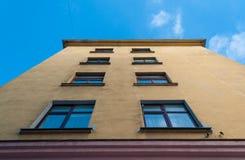 La vecchia casa con una parete gialla immagine stock libera da diritti