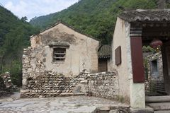 La vecchia casa del mattone del villaggio antico Fotografia Stock Libera da Diritti