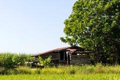La vecchia casa di legno del cottage è stata abbandonata Immagini Stock Libere da Diritti