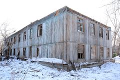 La vecchia casa di legno espelsa Immagini Stock