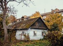 La vecchia casa di legno gettata Immagini Stock Libere da Diritti