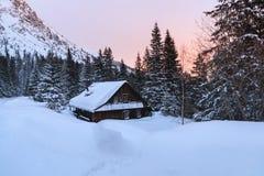 La vecchia casa di legno in montagne immagini stock libere da diritti