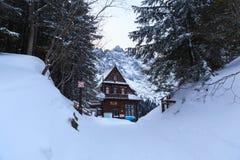 La vecchia casa di legno sulla riva del lago Morskie Oko fotografia stock libera da diritti