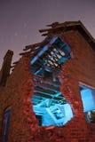 La vecchia casa frequentata rovina l'indicatore luminoso verniciato Immagini Stock Libere da Diritti
