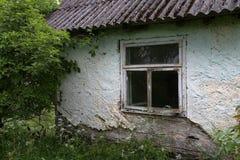 La vecchia casa rovinata ed abbandonata nella campagna immagini stock libere da diritti