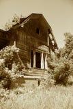 La vecchia casa trascurata è in un villaggio Immagini Stock Libere da Diritti