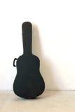 La vecchia cassa della chitarra sulla parete Fotografie Stock