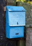La vecchia cassetta delle lettere blu dei tempi dell'URSS Fotografia Stock