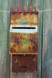La vecchia cassetta postale metallica sta asciugandosi sul clothesline Fotografia Stock