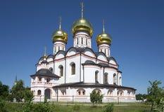La vecchia cattedrale dell'icona della madre Iversky di Dio nel monastero di Svyatoozerskaya Valday Iversky Regione di Novgorod Immagini Stock Libere da Diritti
