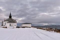 La vecchia chiesa dal mare nel paese di Noway fotografia stock