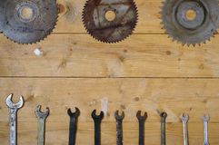 La vecchia circolare arrugginita le lame per sega e le chiavi Fotografia Stock Libera da Diritti