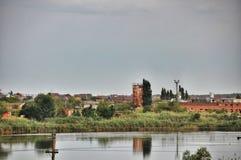La vecchia città è riflessa nel fiume immagine stock libera da diritti