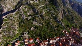 La vecchia città di Kotor La parete intorno alla città sulla montagna stock footage