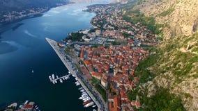 La vecchia città di Kotor Volando sopra la città Rilevamento aereo dalla a archivi video