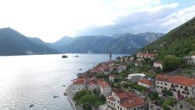 La vecchia città di Perast sulla riva della baia di Cattaro, Montenegro Th stock footage