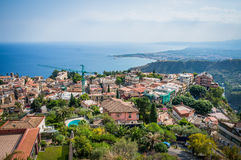 La vecchia città di Taormina copre la vista Fotografia Stock