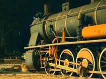 La vecchia condizione locomotiva sulle rotaie immagini stock libere da diritti