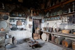 La vecchia cucina ha riempito di vecchi strumenti Fotografie Stock Libere da Diritti