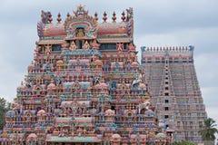 La vecchia e nuova entrata variopinta del tempio indù si eleva Fotografia Stock Libera da Diritti