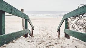 La vecchia entrata di legno della spiaggia, tonalità di colore si è applicata immagine stock