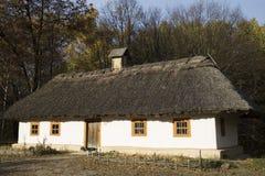 La vecchia fattoria di legno con imbiancato con calce ha imbiancato la parete Fotografia Stock