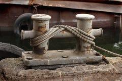 La vecchia ferita della corda su una bitta Fotografie Stock