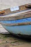 La vecchia fila di legno boated ha attraccato sulla riva del lago immagine stock