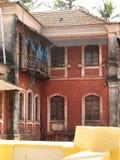 La vecchia finestra con la terracotta ha piastrellato il tetto Dettagli architettonici da Goa, India immagini stock libere da diritti