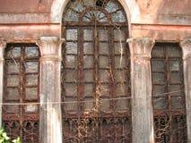 La vecchia finestra con la terracotta ha piastrellato il tetto Dettagli architettonici da Goa, India immagini stock