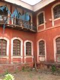 La vecchia finestra con la terracotta ha piastrellato il tetto Dettagli architettonici da Goa, India immagine stock libera da diritti