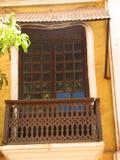 La vecchia finestra con la terracotta ha piastrellato il tetto Dettagli architettonici da Goa, India fotografia stock libera da diritti