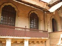 La vecchia finestra con la terracotta ha piastrellato il tetto Dettagli architettonici da Goa, India fotografie stock