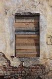 La vecchia finestra distrutta rovinata senza struttura in vecchia costruzione è cho immagini stock