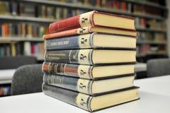 La vecchia fisica prenota sulla tabella in libreria Immagine Stock Libera da Diritti