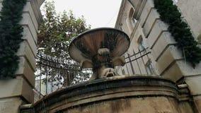 La vecchia fontana a Matera con acqua che cade e le gocce rimbalzano, monumento storico e archivi video