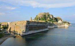 La vecchia fortezza di Corfù con tutte le caratteristiche principali - il ponte, il Manica, i due picchi con il faro, la torre di immagini stock libere da diritti