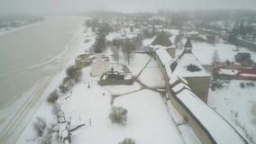 La vecchia fortezza di Ladoga, video aereo di giorno di febbraio Staraya Ladoga, Russia stock footage
